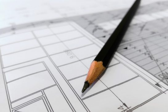 Lápis em cima de papel branco